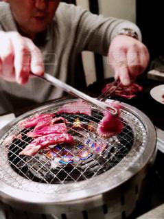 肉を焼くメンズの写真・画像素材[1725656]