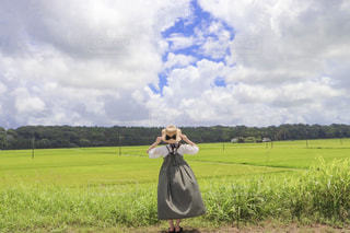 女性,自然,夏,ワンピース,後ろ姿,田舎,麦わら帽子,後姿,旅行,旅,田んぼ,青春,田舎の暮らし