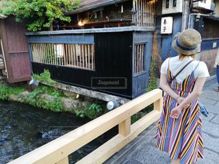 女性,20代,夏,橋,京都,ワンピース,散歩,洋服,Tシャツ,シャツ,おしゃれ,散策,夏服,半袖,26歳