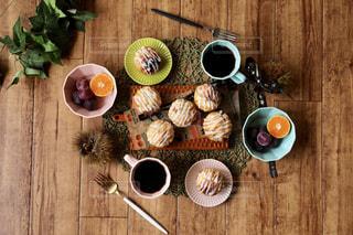 木製のテーブルの上に食べ物のポットの写真・画像素材[1509320]
