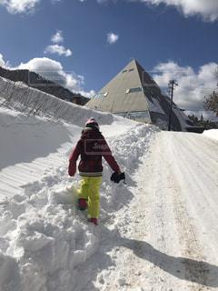 雪をスノーボードに乗る男覆われた斜面の写真・画像素材[1757289]