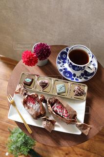バレンタインプレートとコーヒーの写真・画像素材[2916890]