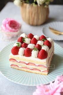 紙皿にバースデーケーキのスライスの写真・画像素材[3202364]