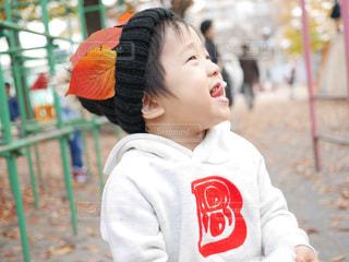子ども,食べ物,公園,秋,紅葉,キッズ,葉っぱ,Smile,子供,落ち葉,デザート,人物,人,笑顔,ニット帽,お菓子,祭り,美味しい,男の子,Autumn,綿菓子,綿あめ,食欲の秋