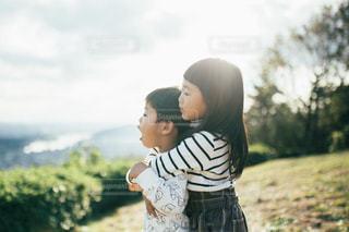 草の中に立っている小さな男の子の写真・画像素材[1614238]