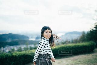 緑の草原の少女の写真・画像素材[1614250]