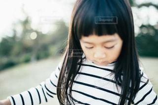 携帯電話で話している若い女の子の写真・画像素材[1614254]