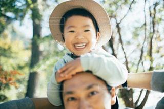 帽子をかぶって、カメラで笑顔の小さな男の子の写真・画像素材[1614279]