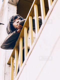 フェンスの前に立っている人の写真・画像素材[1606079]