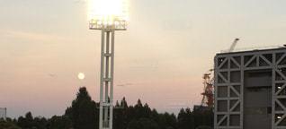 ライトのむこうに、月の写真・画像素材[1523379]