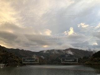背景の山と水体の写真・画像素材[1608698]