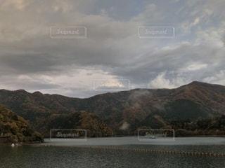 ダム湖の向こうに紅葉の山。の写真・画像素材[1608722]