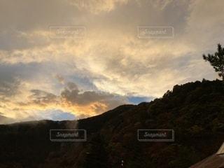 山の向こうにしずむ。の写真・画像素材[1608744]