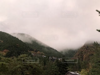 紅葉し始めの山の建物の写真・画像素材[1608753]