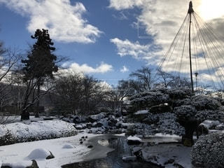 日本庭園に雪の写真・画像素材[1739837]