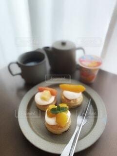 食べ物,スイーツ,コーヒー,パンケーキ,朝食,屋内,デザート,テーブル,フルーツ,果物,皿,マグカップ,食器,カップ,紅茶,菓子,ご褒美,コーヒー カップ,受け皿