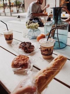 テーブルの上に食べ物のプレートの写真・画像素材[1513360]