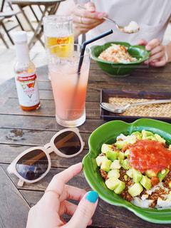 テーブルの上に食べ物のプレートの写真・画像素材[1553918]