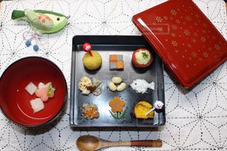 テーブルの上に食べ物の束の写真・画像素材[1737873]