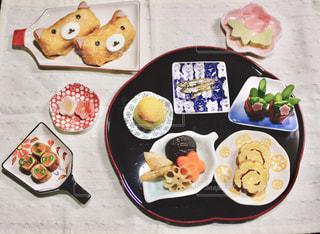 テーブルの上に食べ物の束の写真・画像素材[1737886]