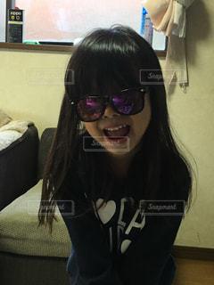 メガネをかけて、カメラで笑顔の女性の写真・画像素材[1588628]