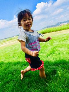 緑の草原の少女の写真・画像素材[1595344]
