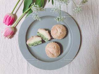 食べ物の皿をテーブルの上に置くの写真・画像素材[3267934]