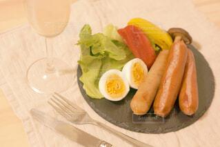 食べ物,ディナー,屋内,ジュース,オレンジ,テーブル,果物,野菜,皿,食器,レモン,サラダ,キュウリ,ドリンク,ファストフード,柑橘類,ニンジン,主食,成分