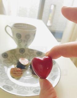 スイーツ,コーヒー,赤,窓,カーテン,光,ハート,チョコレート,バレンタイン,チョコ,コーヒーカップ,お皿,レッド,大好き,スウィーツ,バレンタインデー,至福の時,ご褒美チョコ
