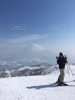 雪に覆われた山をスキーに乗る男の写真・画像素材[1830776]