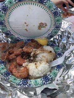 テーブルの上に食べ物のプレートの写真・画像素材[1831412]