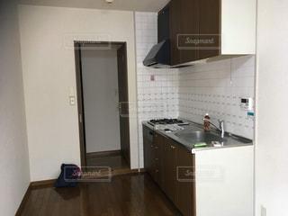 シンク、冷蔵庫付きのキッチンの写真・画像素材[1856582]