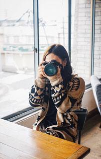カメラを構える女子の写真・画像素材[1828709]