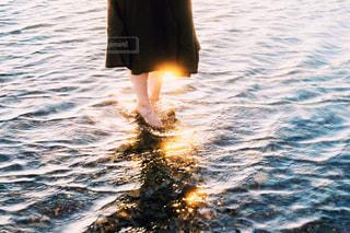 足にかかる光の写真・画像素材[1875209]