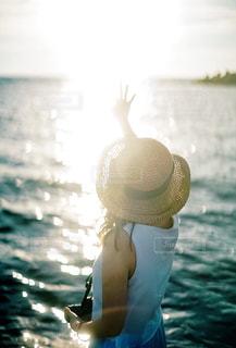 海辺の女性の写真・画像素材[2095995]