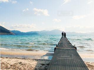 海にかかるの橋に立っている人の写真・画像素材[2096118]