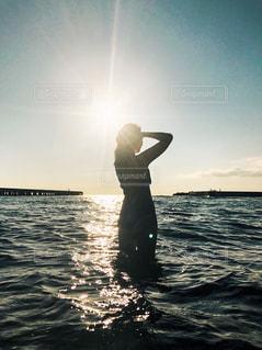 女性,20代,海,空,夕日,夕焼け,水着,女,人物,背中,人,後姿,立つ,夕陽,眺め