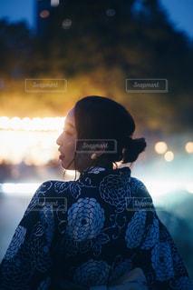 イルミネーションを見る女性の写真・画像素材[2317739]