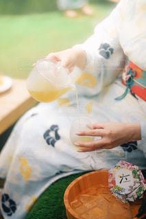 テーブルでお茶を注ぐ人の写真・画像素材[2317743]