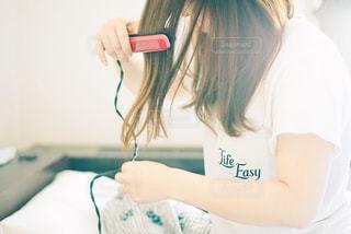 髪をセットする女性の写真・画像素材[2466714]