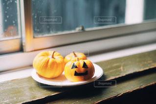 窓際のカボチャの写真・画像素材[2509040]