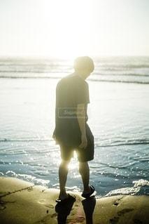 海辺に立つ男性の写真・画像素材[2608999]
