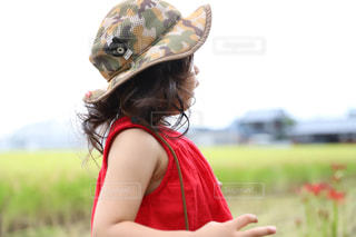 ヘアスタイル,帽子,女の子,赤い服,ヒガンバナ,幼児,天然パーマ,稲刈り,ロング,ゆるふわ,くるくる,くせ毛,ゆるふわパーマ,くせっ毛,癖っ毛,くるくるヘア
