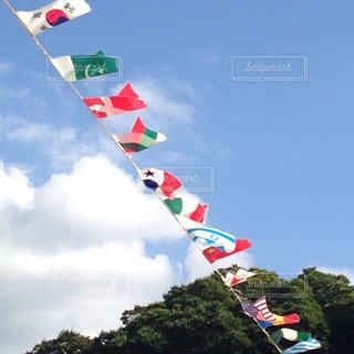 空にカラフルな旗 - No.783743