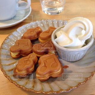 食品とコーヒーのカップのプレートの写真・画像素材[841292]
