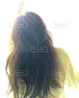 朝の女性の後ろ姿の写真・画像素材[1542120]