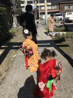 通りを歩きながら小さな女の子の写真・画像素材[1585651]