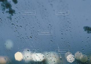 青,水,透明,車,水滴,ライト,反射,ガラス,キラキラ,雫,玉ボケ,灯,あかり,溶ける,流れる,紺,落ちる,フロントガラス,無色