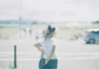 晴れ,後ろ姿,散歩,道路,女子,子供,女の子,小さい,キラキラ,道端,ボケ,真ん中,透き通る,外遊び,きらきら,晴れた,髪の長い