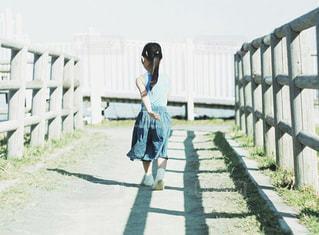 女性,後ろ姿,歩く,子供,女の子,道,小さい,ポニーテール,女の人,奥行き,向かう,たくましい,歩いてる,立派,お出かけスポット,自分の足で